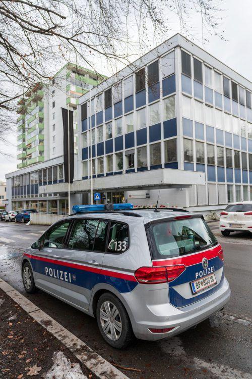 Vor der BH in Dornbirn wurde auch eine Polizeistreife positioniert. VN/Stiplovsek