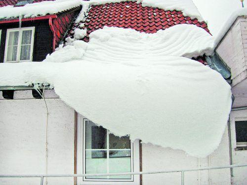 Vorsorge Um nicht für Schäden durch Dachlawinen haftbar gemacht zu werden, müssen Eigentümer rechtzeitig Vorsorge treffen.foto: Romy2004_pixelio.de