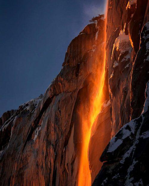"""Was aussieht wie ein Lavastrom, ist der sogenannte """"Feuerfall"""" im Yosemite-Nationalpark in Kalifornien. Dieses Naturschauspiel tritt auf, wenn es genug Schmelzwasser gibt und die Strahlen der Abendsonne bei klarem Himmel im richtigen Winkel auf den Horsetail-Wasserfall treffen."""