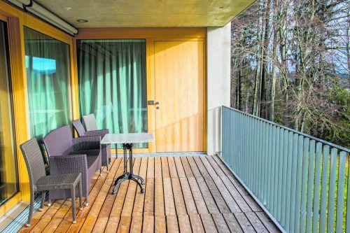 Wer den Balkon nutzt, muss auch an die Nachbarn darunter denken.foto: Shutterstock