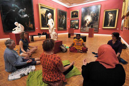 Wie und wo auch immer Menschen in Achtsamkeit üben, spielt keine Rolle. Beinahe jeder Ort ist dafür geeignet, sogar das Museum, wie unser Bild zeigt.AFP