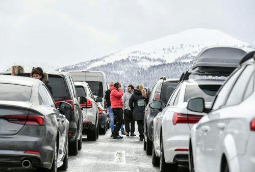 Zahlreiche Autofahrer mussten sich in Geduld üben: Die Südtiroler Brennerautobahn A22 musste wegen hängengebliebener Lkw gesperrt werden.APA