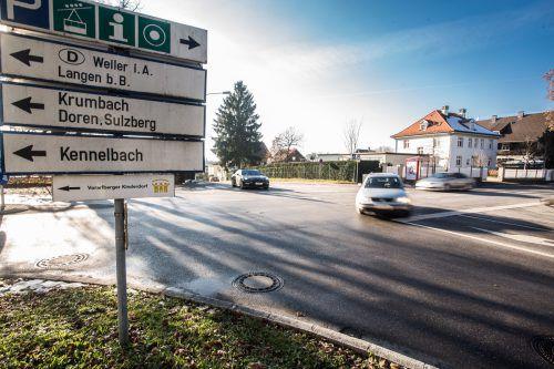 Zu Spitzenzeiten passieren 1500 Kraftfahrzeuge pro Stunde die Franz-Ritter-Kreuzung. Ein Kreisverkehr soll für Entschärfung sorgen. VN/Steurer