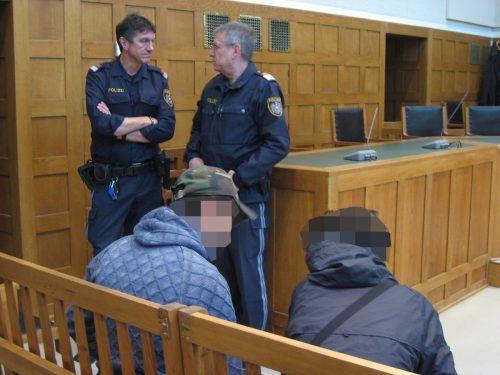 Zwei der Angeklagten im Feldkircher Schwurgerichtssaal. Der 17-jährige, rechts sitzende Beschuldigte hatte mit dem Messer zugestochen. eckert
