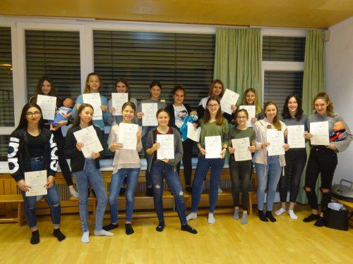 16 Mädchen wurden im Februar zu Babysitterinnen ausgebildet.gemeinde