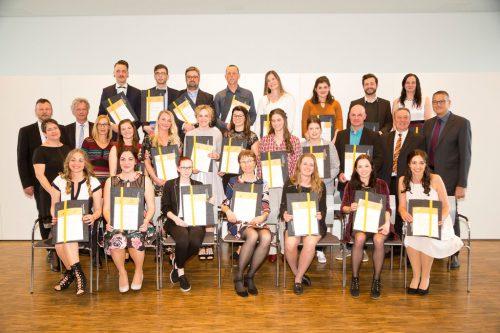22 Schülerinnen und Schüler freuen sich über ihren Diplomabschluss.khbg/mathis