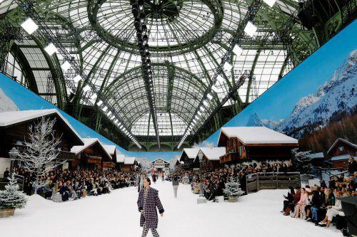 Adieu, Karl: Im Pariser Grand Palais standen romantische Holzchalets, wie man sie aus den Bergen kennt.Kunstschnee bedeckte die Szenerie. Reuters