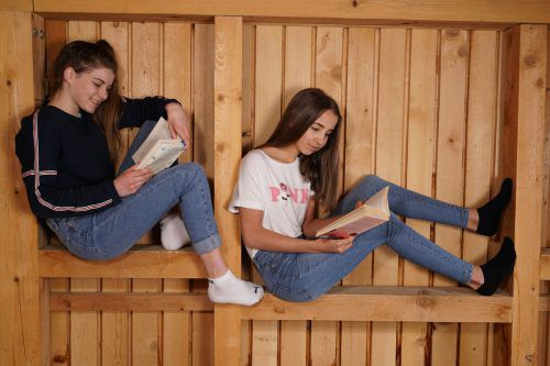 Aileen und Luca-Jana aus Andelsbuch greifen auch in ihrer Freizeit gerne zum Buch. L. Berchtold