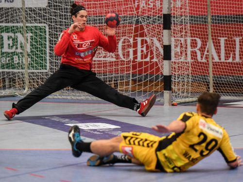 Alexander Wassel und seine Teamkollegen sind gegen Graz (im Bild Torhüter Thomas Eichberger) gehörig ausgerutscht.gepa