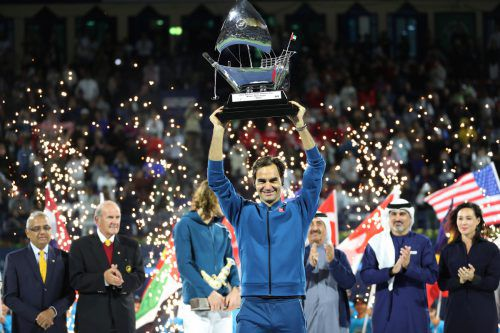 Als 100. Trophäe gab es für Roger Federer ein silbernes Segelschiff. Reuters