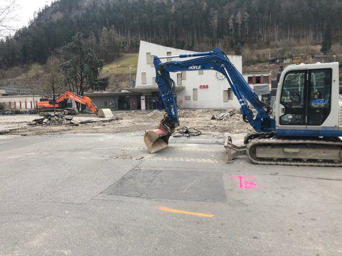 Am Vorplatz des Feldkircher Bahnhofs entsteht eine riesige Baugrube. Der Startschuss für den Bau des Bahnhofsviertels ist erfolgt. vn/schweigkofler