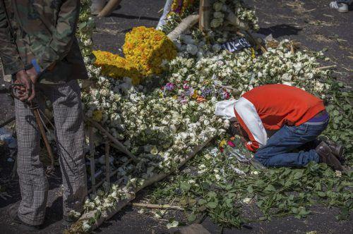Angehörige trauern an der Absturzstelle um ihre Verstorbenen. AP