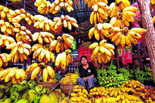 Auf dem Markt werden Obst und Gemüse, aber auch Kleidung und Schuhe angeboten.