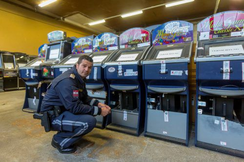 Beschlagnahmte Glücksspielautomaten in einer Halle in Lauterach. Die Task Forces waren überall hochaktiv und erfolgreich.VN/Paulitsch