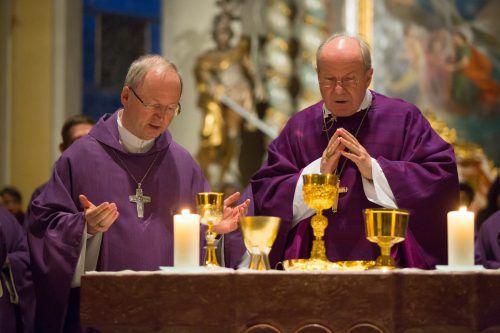 Bischof Benno Elbs (l.) sorgt sich wie viele andere auch um die Gesundheit von Kardinal Christoph Schönborn.vn