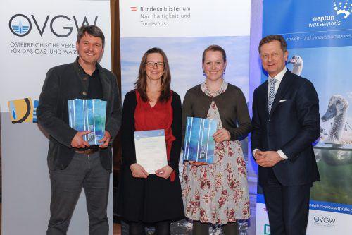 Bürgermeister Kurt Fischer (links) und GR Christine Bösch-Vetter (2.v.r.) freuen sich über den Neptun-Preis. Szamosi