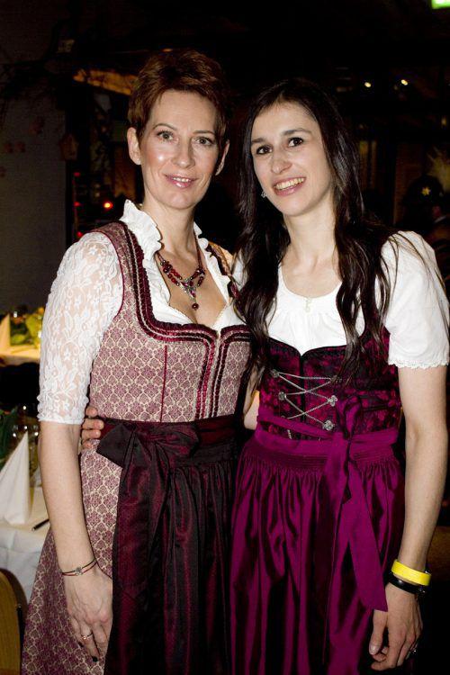 Catalina Suchanek (l.) und Verena Koller genossen den Abend.