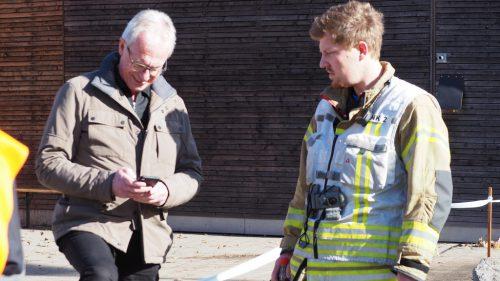 Checkten online die Wetterlage: Bürgermeister Gottfried Brändle und Feuerwehreinsatzleiter Lukas Grabherr.Christof egle