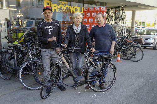Christian Pauger, Radshop Pro Cycle (l.) und Christian Lorenz, VN-Marketing, übergaben Herta Reininger ihr neues E-Bike. VN/Paulitsch
