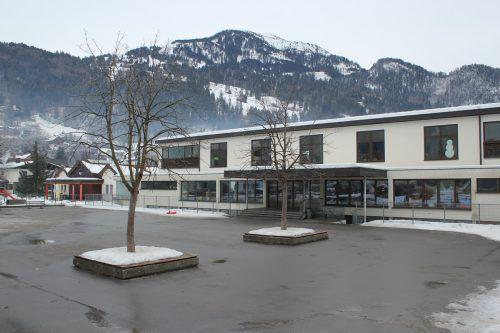Das 51-jährige Ludescher Volksschulgebäude soll in den kommenden Jahren durch einen modernen Neubau ersetzt werden. VN-JLO