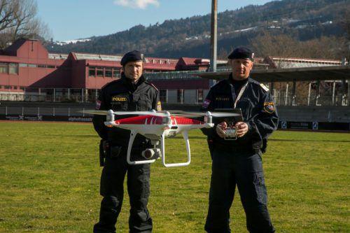 """Das """"fliegende Auge"""" fest im Griff: Drohnenkoordinator Joachim Saltuari (rechts) und sein Kollege Alexander Sartori.vn/paulitsch"""