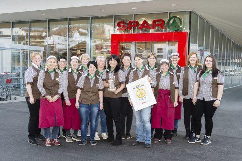 """Das Team vom Thüringer Spar freut sich über die """"Goldene Tanne 2018"""", eine interne Auszeichnung von Spar Österreich."""