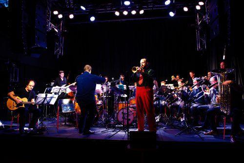 Das Zurich Jazz Orchestra verbreitet gemeinsam mit dem Trompeter Thomas Gansch gutes Feeling im Dornbirner Spielboden.zurich jazz/gansch