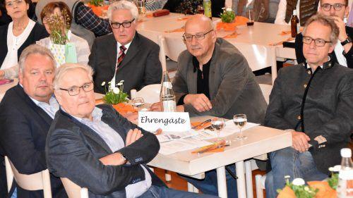 Dem Seniorenbund-Ehrenobmann Gottfried Feurstein (hinten mit Brille) wurde ein Geburtstagsständchen gesungen.Loacker