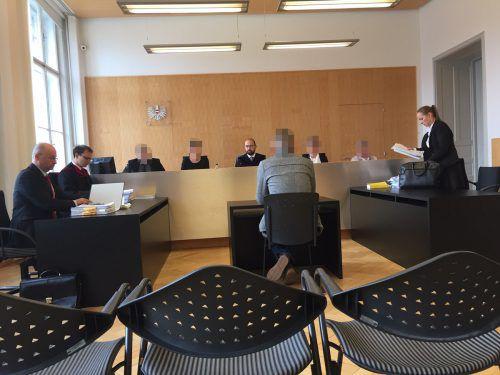 Der Angeklagte vor dem Schöffensenat (Vorsitzender: Richter Michael Fruhmann). vn/GS