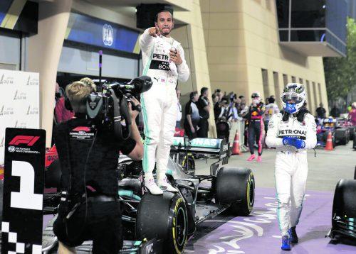 Der erste Saisonsieg ist geerbt. Lewis Hamilton profitierte in Bahrain von den Problemen der Ferrari-Equipe. ap