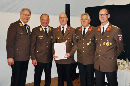 Der geehrte Andreas Galehr (Mitte) mit BFI Christoph Feuerstein, AFK Günter Walser, Kdt-Stv. Markus Luger und Kdt. Christoph Walser.