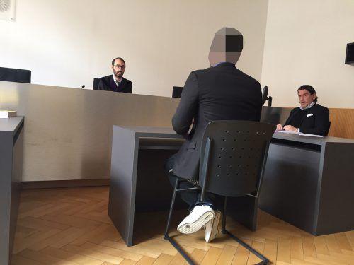 Der Hauptangeklagte vor Richter Andreas Böhler und Anwalt Alexander Wirth.vn/gs