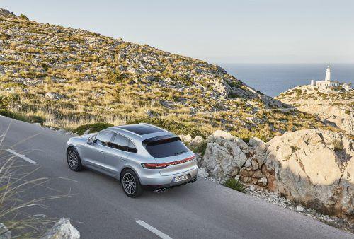 Der Porsche Macan wird in der nächsten Generation zum reinen Elektro-SUV. Das hat der Stuttgarter Hersteller nun offiziell bestätigt. Der kleine Crossover nutzt dabei eine gemeinsam mit Audi entwickelte Plattform. Einen Starttermin nennt Porsche nicht, zunächst aber kommen ab Ende 2019 der E-Sportwagen Taycan sowie die Shooting-Brake-Variante Taycan Cross Turismo.