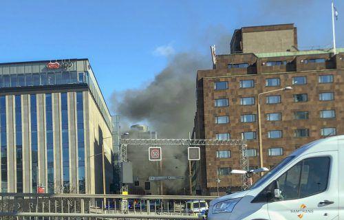 Dicker, schwarzer Rauch stieg in der Nähe des Bahnhofs auf. Ap
