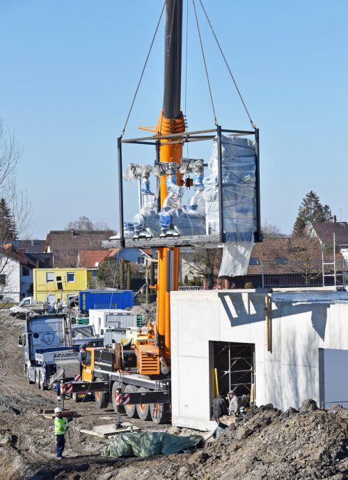 Die acht Tonnen schweren Pumpenblöcke wurden per Mobilkran installiert. ajk