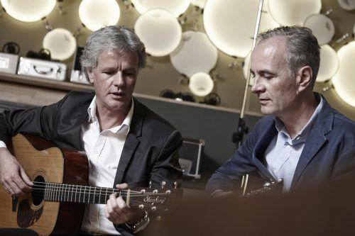 Die Brüder Gerald (l.) und Elgar Fleisch präsentieren ihren neuen Song.