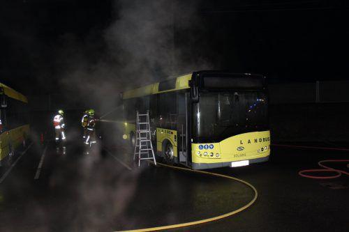 Die Feuerwehr konnte den Bus trotz unverzüglichem Einsatz nicht retten. Er wurde total beschädigt. feuerwehr lustenau