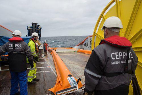 Die französische Marine versucht, die Ausbreitung des Ölteppichs zu verhindern. afp