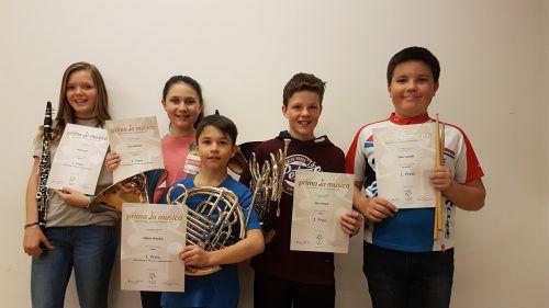 Die fünf erfolgreichen Jungmusikanten aus Übersaxen mit ihren Urkunden. Alle erzielten bei prima la musica einen ersten Preis. MV Übersaxen