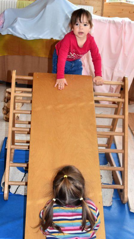 Die Holzspielelemente fanden Gefallen bei den kleinen Gästen.Birgit Loacker