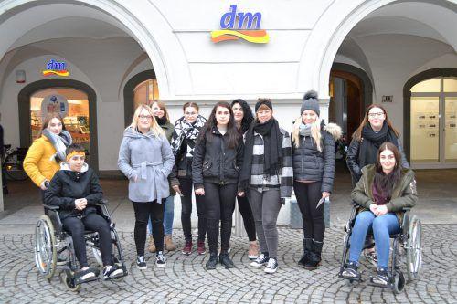 Die Lehrlinge erlebten, wie die Feldkircher Innenstadt von Menschen mit Einschränkungen erlebt wird. caritas