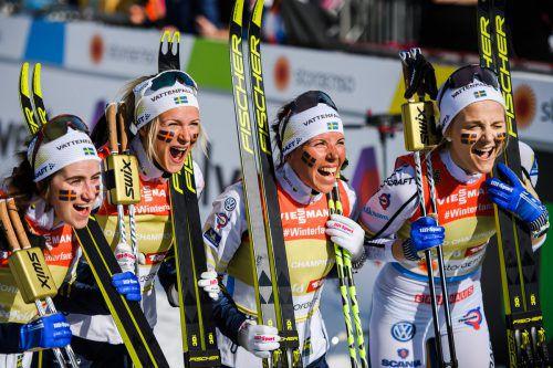 Die Schwedinnen mit ihren Jungstars Ebba Andersson und Frida Karlsson sowie Charlotte Kalla und Stina Nilsson (v. l.) jubeln über Gold.gepa