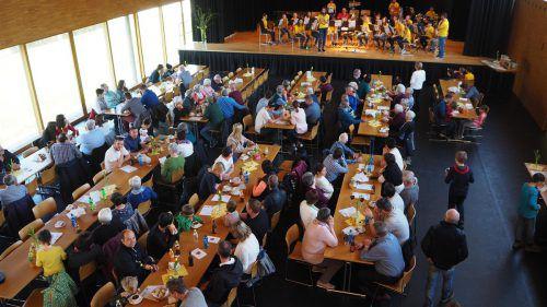 Die soziale Aktion der Übersaxner Firmlinge sorgte für einen vollen Dorfsaal. egle