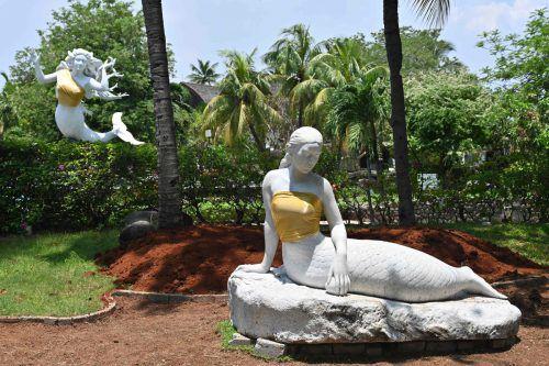Die Statuen in einem indonesischen Freizeitpark tragen jetzt goldene Bustiers. AFP