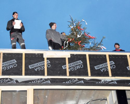 Die Zimmerleute zogen den Firstbaum auf das Dach des Kinderhauses. ajk