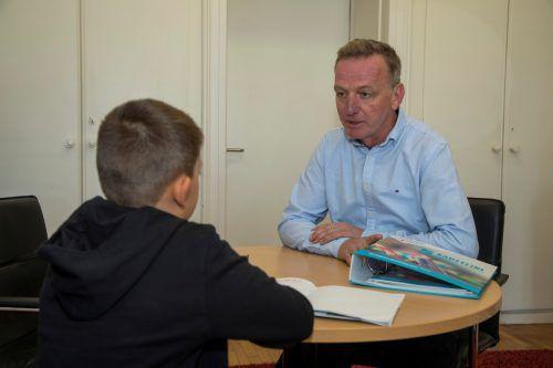Direktor Christoph Jagg teilt neugierigen Schülern auch persönlich mit, was es mit der Kompetenzüberprüfung Deutsch auf sich hat.VN/Paulitsch