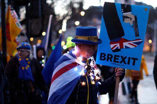 Ein Anti-Brexit-Aktivist protestiert in London vor dem Parlament gegen den britischen EU-Austritt. AFP
