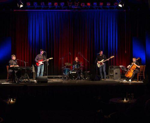 """Feinste musikalische Unterhaltung gibt es mit der Band """"Darwin"""", auf Lustenauerisch """"der Wein"""", morgen Abend im Kellertheater Lampenfieber."""