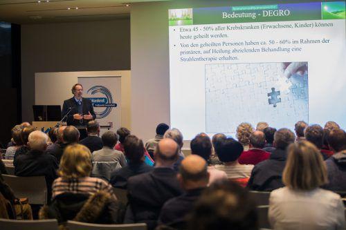 Der Vortrag zur Strahlentherapie lockte viele Besucher in den Panoramasaal des Landeskrankenhauses Feldkirch. vn/steurer