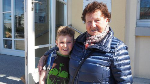 Franzi hat von seiner Oma Trudi eine neue Schultasche bekommen.